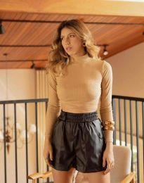 Екстравагантна вталена дамска блуза рипс с поло яка в бежово