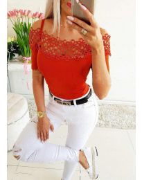 Атрактивна дамска тениска с дантела в червено - код 3912